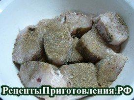 В треску добавляем специи, соль и перец