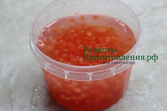 Красную икру горбуши заливаем рассолом и убираем на ночь в холодильник просаливаться